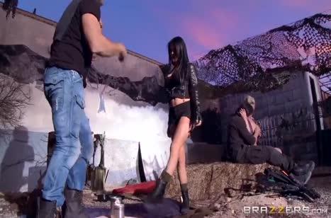 Скриншот Девушка с большими сиськами готова трахаться с любым №3305 #1