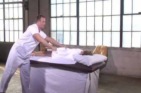 Скриншот Фигуристая чикса классно шпилится с массажистом №2778 #4