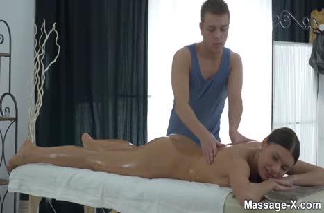 Скриншот Фигуристая чикса классно шпилится с массажистом №3687 #1