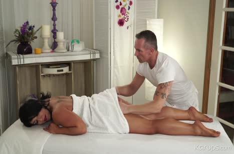 Пошлый секс с красивой девкой в массажном кабинете №5238