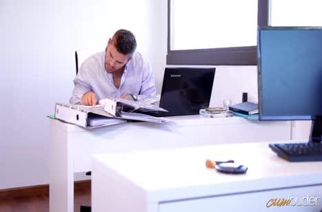 Скриншот Сексуальная телочка запросто шпилится в офисе №3478 #1