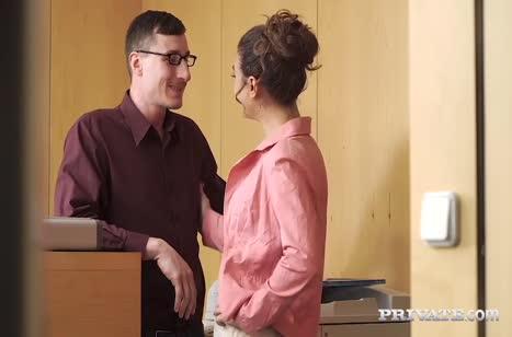 Сексуальная телочка запросто шпилится в офисе №4539